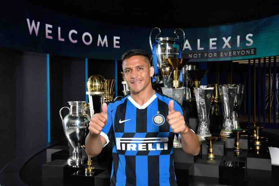 outlet store bc4a3 3cacd Photo: Alexis Sanchez poses in Inter Milan kit   Off The Post