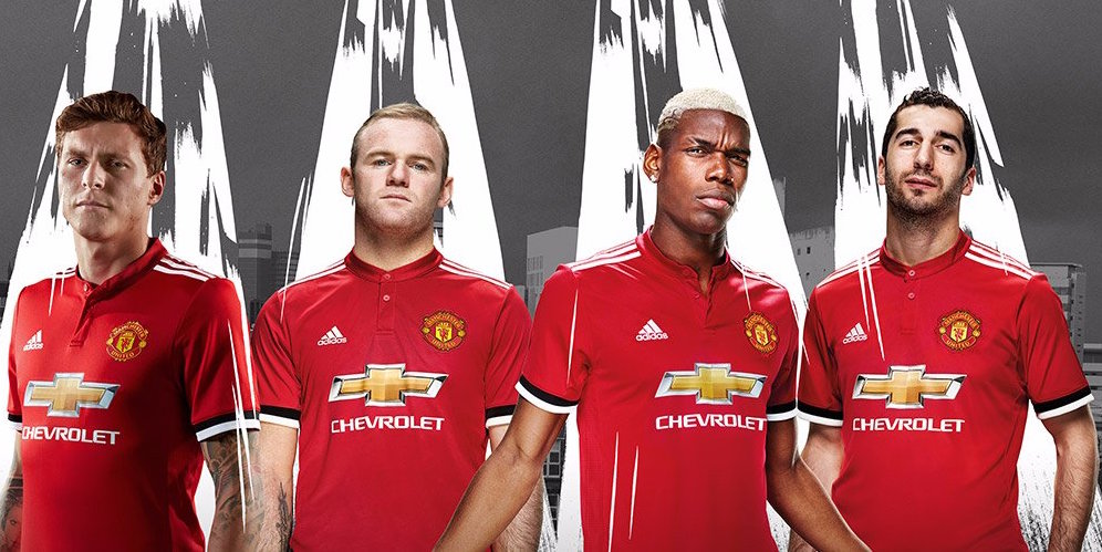 outlet store fdb68 72908 Video and Photos: Man Utd players pose in 2017/18 home kit ...